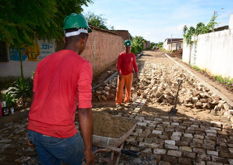 Moradores do Santa Helena comemoram obras de pavimentação de ruas