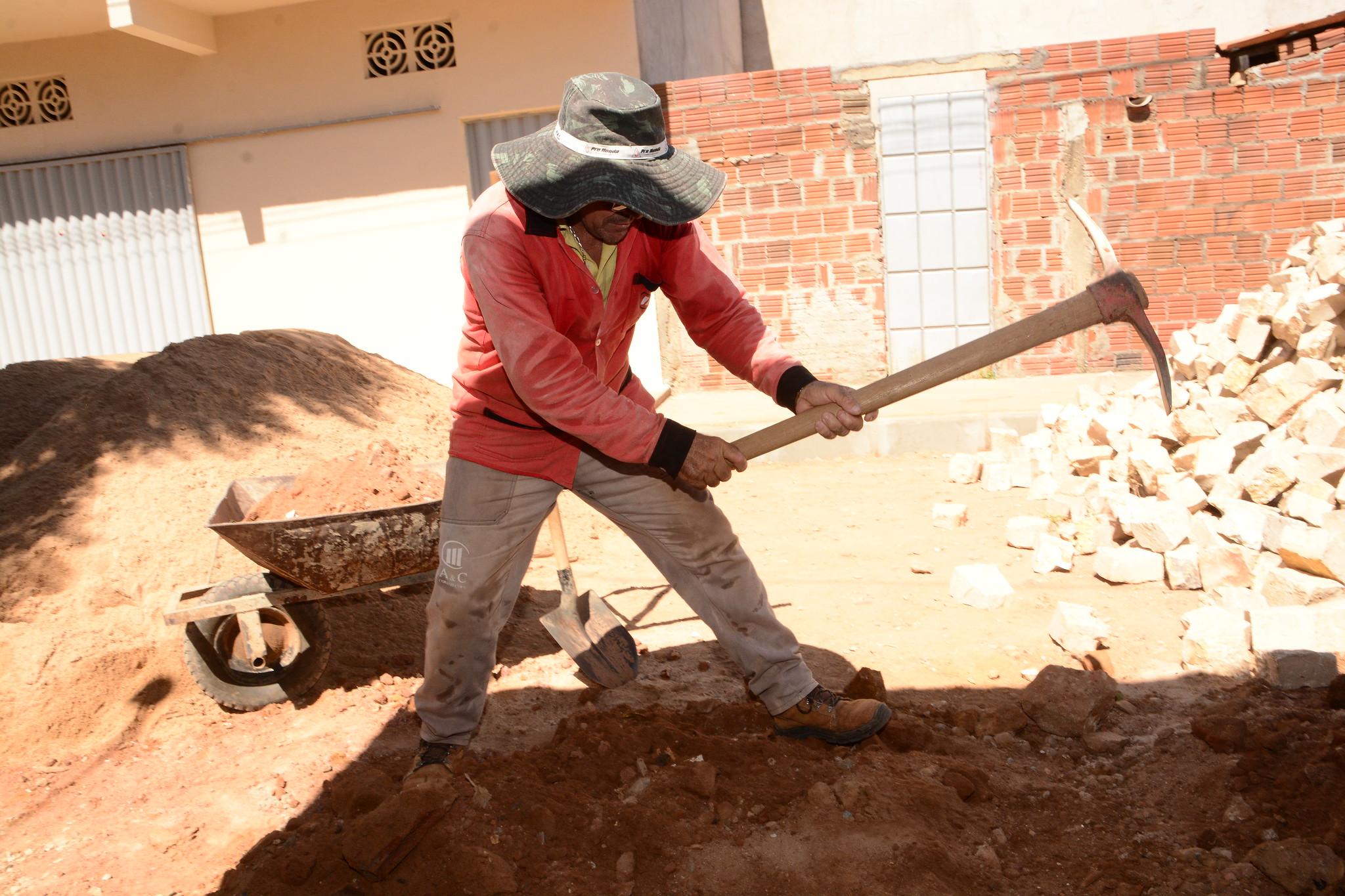 Pavimentação de ruas avança beneficiando moradores da Quixabeirinha
