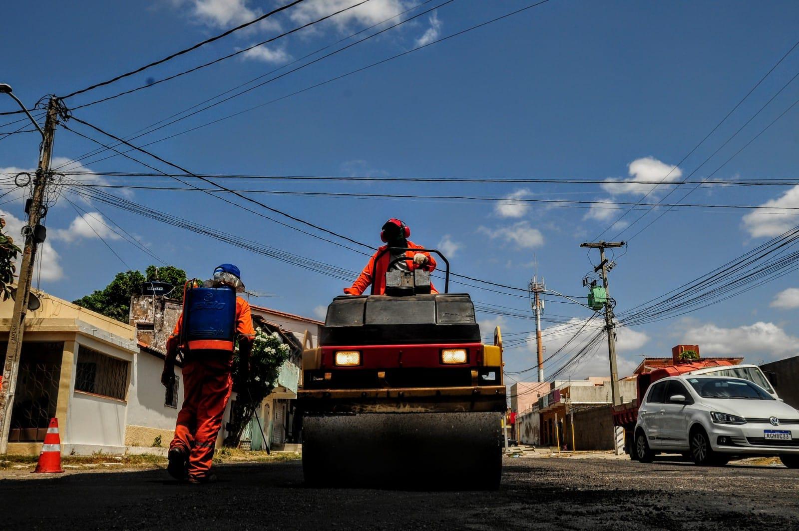 Obras de recuperação do asfalto são realizadas no bairro Santo Antônio