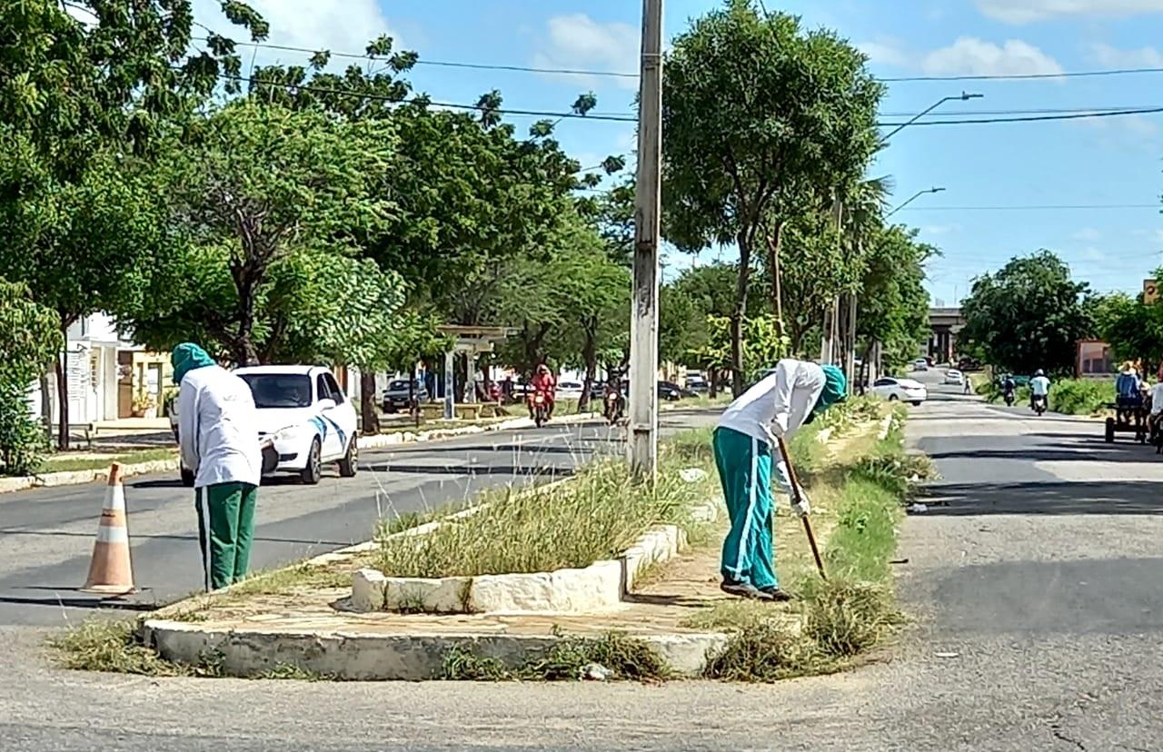 Ruas do Abolição II recebem serviços de limpeza urbana