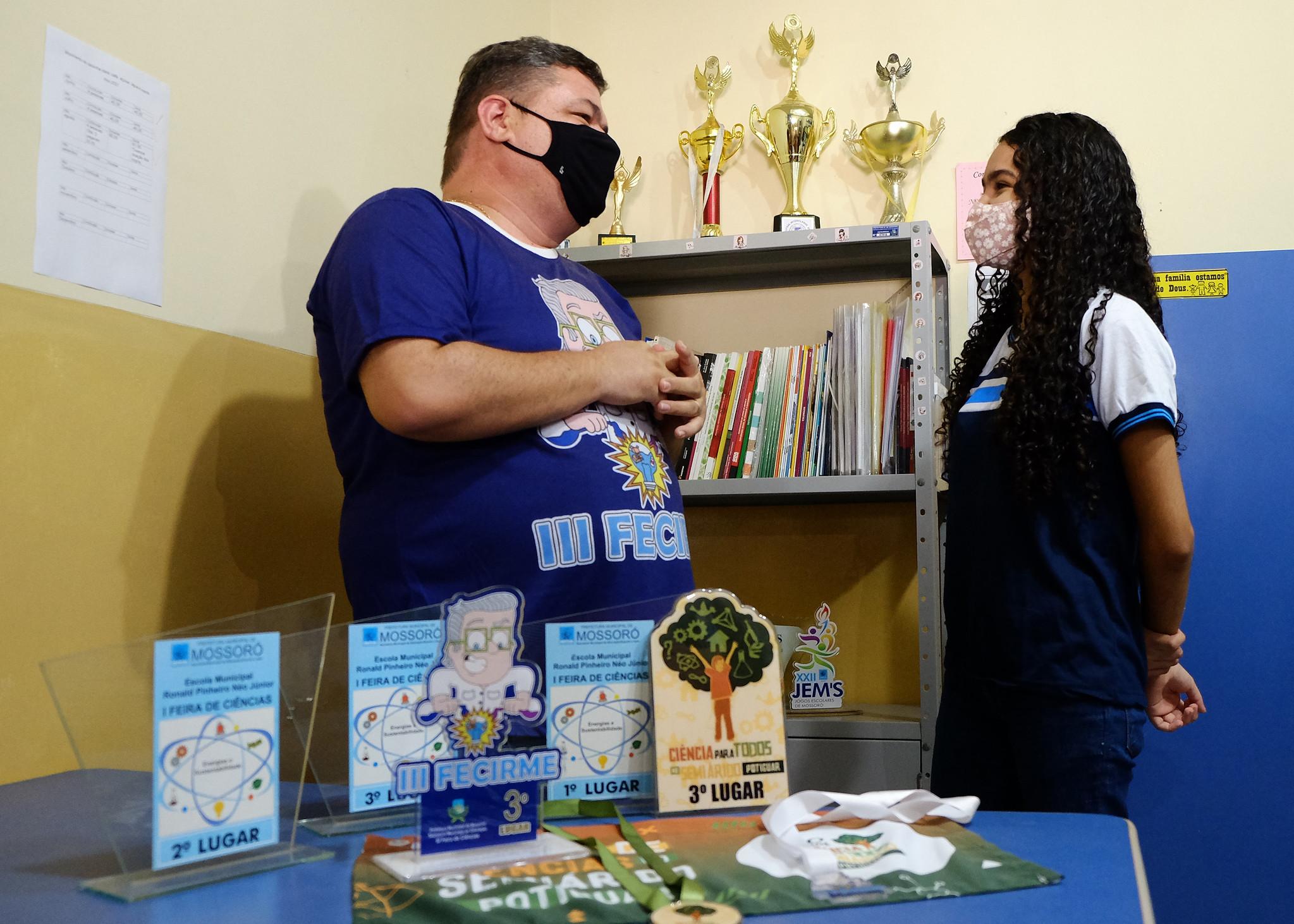 Alunos finalizam projetos para apresentação em feira de ciências nas escolas