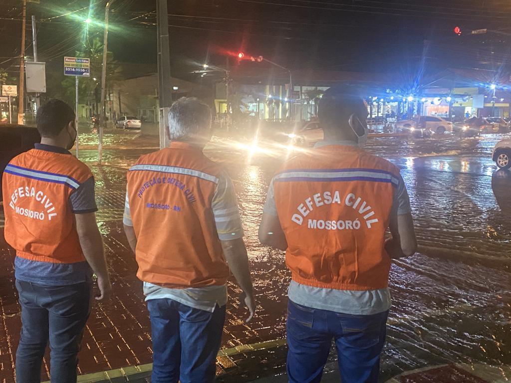 Defesa Civil monitora pontos críticos durante forte chuva em Mossoró