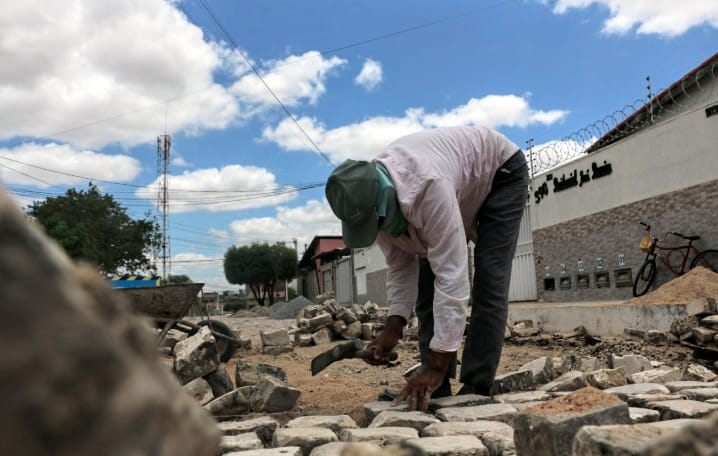 Secretaria de Infraestrutura recupera calçamento em ruas do bairro Belo Horizonte