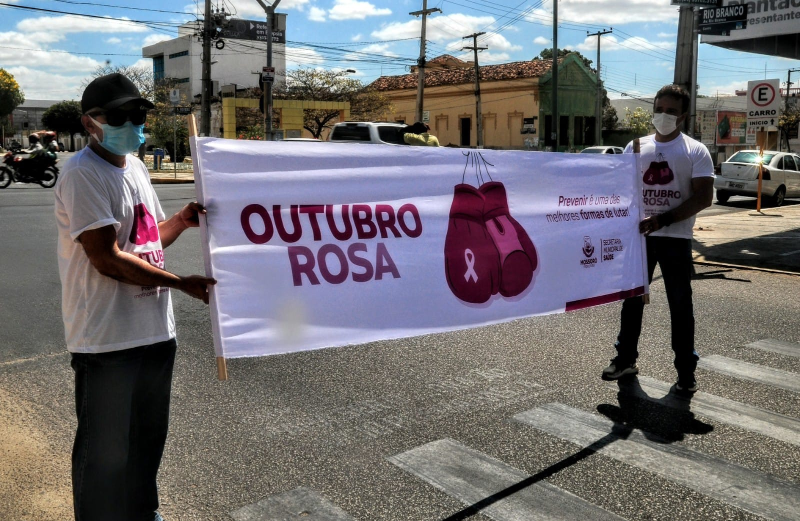 """Outubro Rosa"": blitz educativa aborda importância do autoexame"