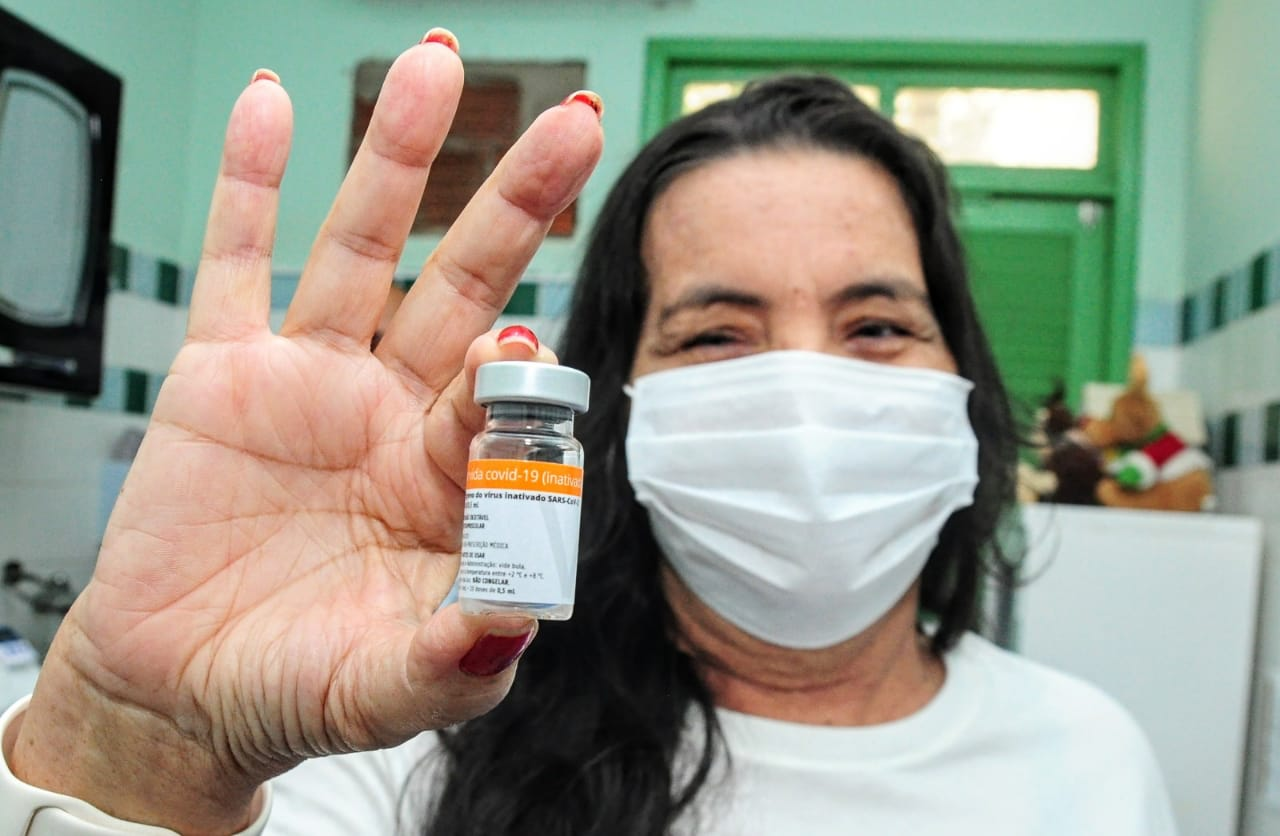 Coronavac: Mossoró vacina profissionais de saúde e idosos com D2 em atraso