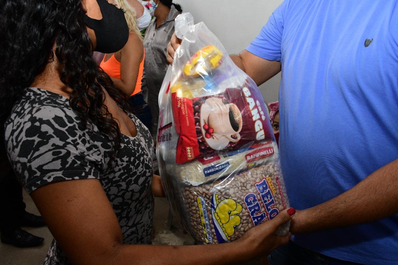 Prefeitura entrega 100 cestas de alimentos da Campanha Vacina Solidária para famílias do Conjunto Novo