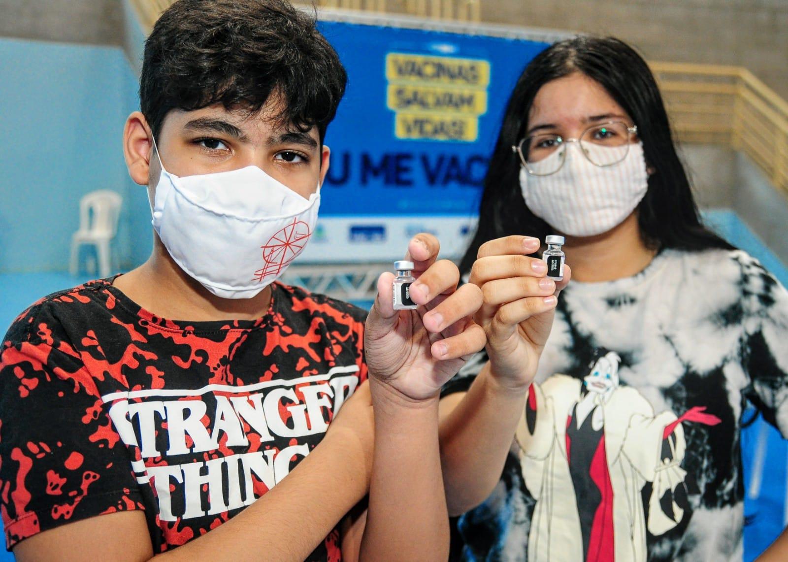 Adolescentes comemoram avanço da vacinação contra a Covid em Mossoró