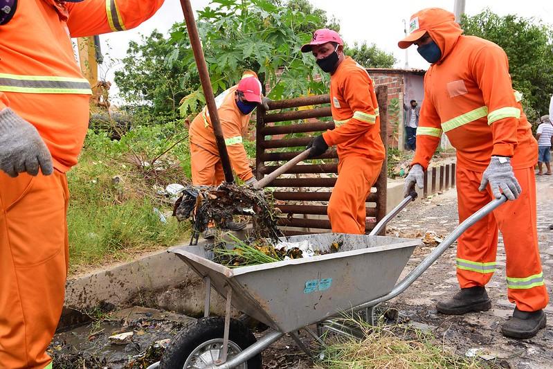 Descarte irregular de lixo em via pública gera obstrução em rede drenagem