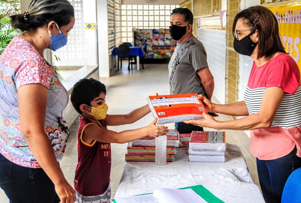 PROALE: Rede Municipal de Ensino inicia entrega de livros na Escola Niná Rebouças