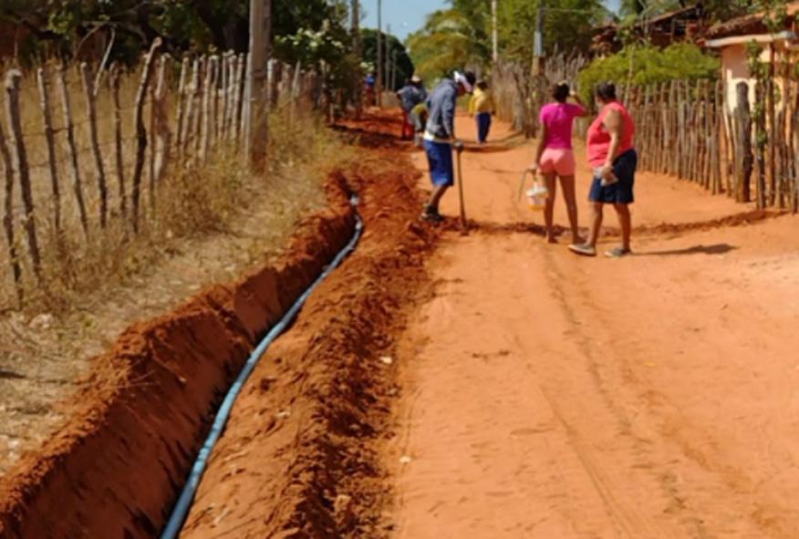 Adutora é construída na Vila Vintém e beneficiará em torno de 20 famílias