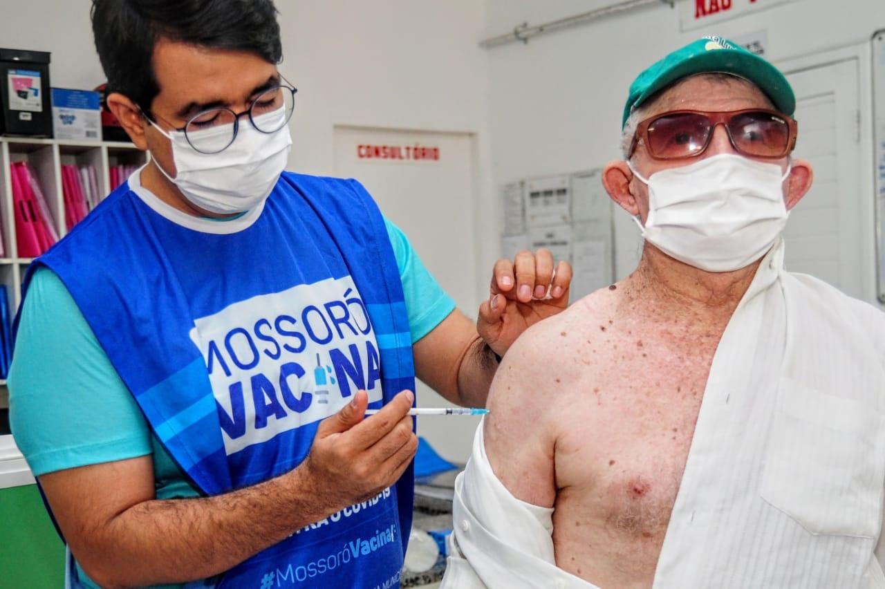 Reforço da vacina contra Covid-19 para idosos é iniciado em Mossoró