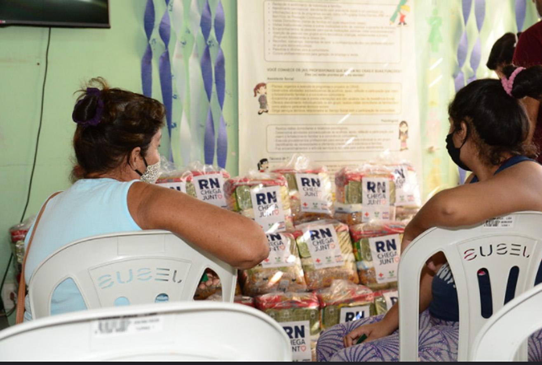 Famílias assistidas pelo CRAS do Alto de São Manoel recebem cestas básicas