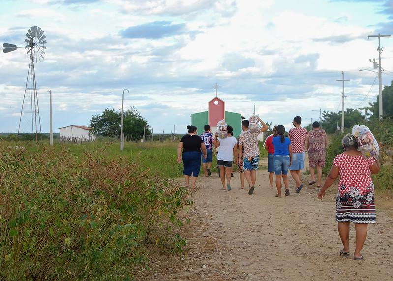 Famílias da zona rural recebem alimentos da campanha Vacina Solidária