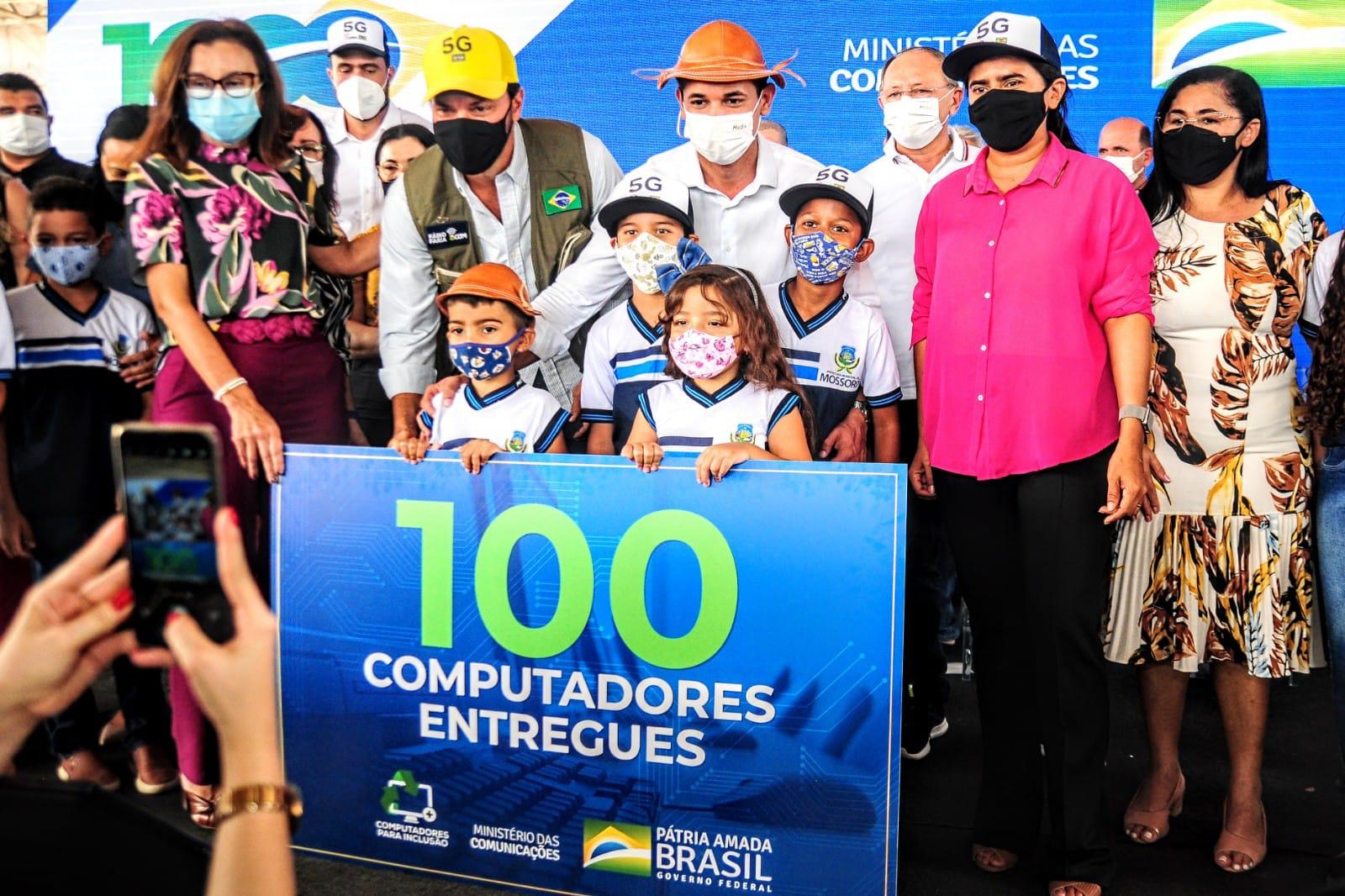 Maísa recebe computadores, antena de telefonia e acesso à internet gratuita