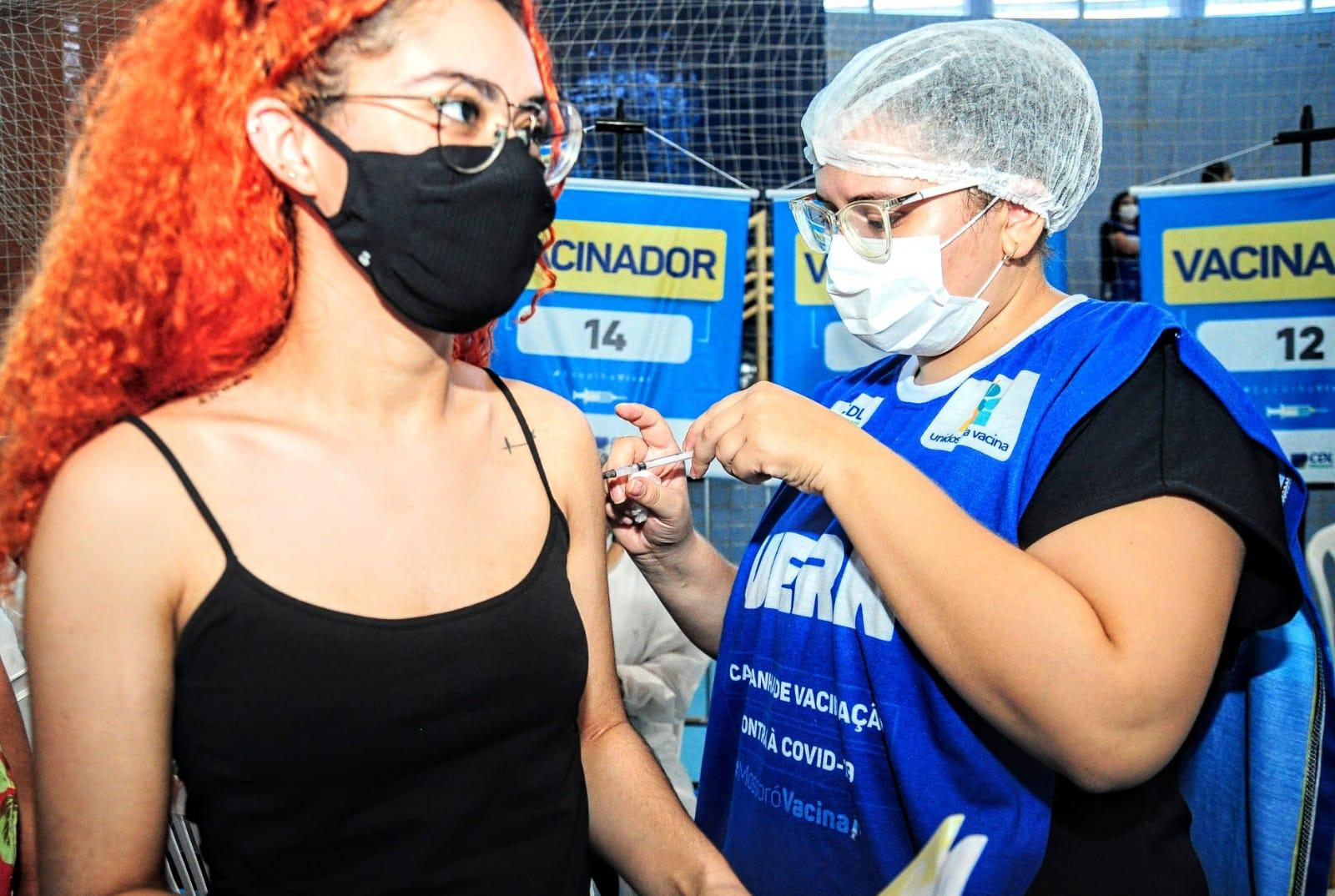 Mossoró vacina jovens de 18 anos + e aplica no domingo 3.204 doses contra a Covid-19