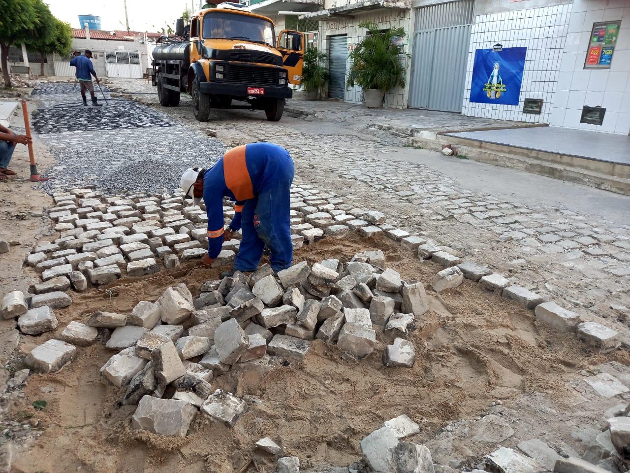 Tapa-buracos no Abolição III dá fluidez ao trânsito de pedestres e veículos