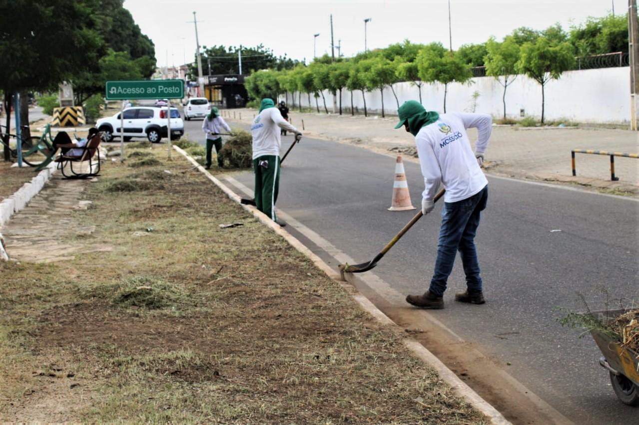 Ruas do Abolição IV recebem serviços de limpeza urbana