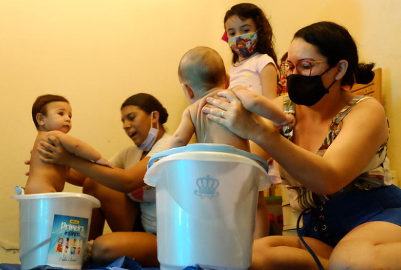 Bebês recebem massagem shantala dentro das ações do Mês da Primeira Infância