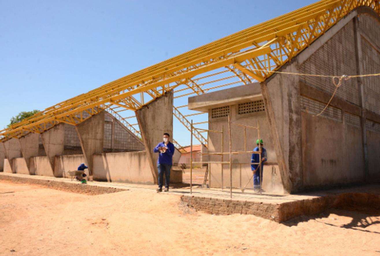 Reforma na quadra da Escola Maurício de Oliveira é retomada após seis anos