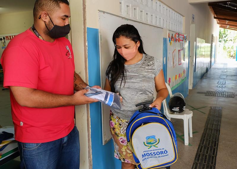 Secretaria de Educação distribui fardamento e mochilas para alunos da rede municipal