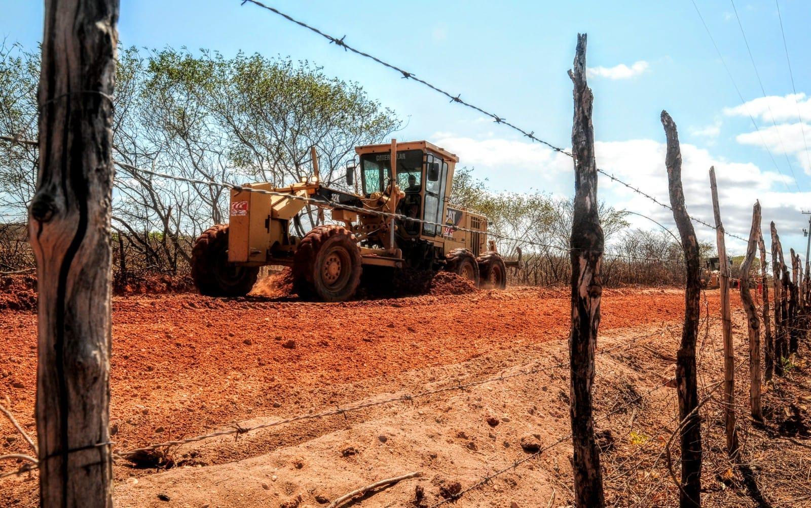Recuperação de estradas vicinais avança no Assentamento Favela