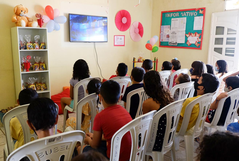 CRAS Quixabeirinha realiza sessão de cinema em comemoração ao Dia das Crianças