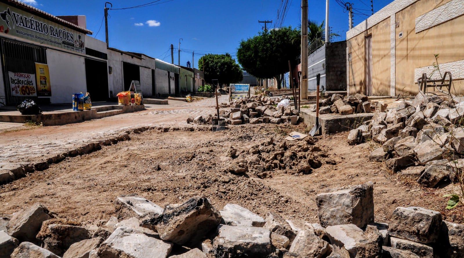 Secretaria de Infraestrutura recupera vias públicas no conjunto Vingt Rosado