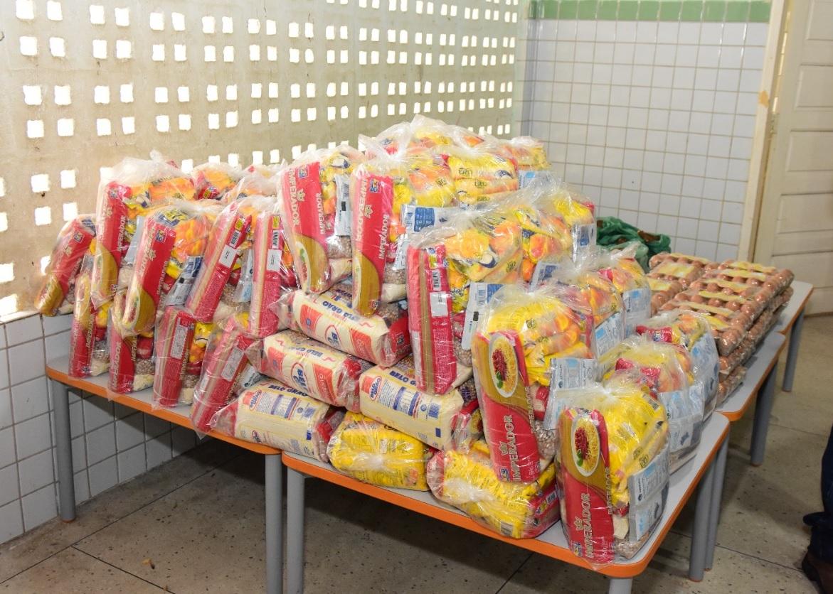 UEI do Dom Jaime Câmara realiza entrega de kits de alimentos aos alunos