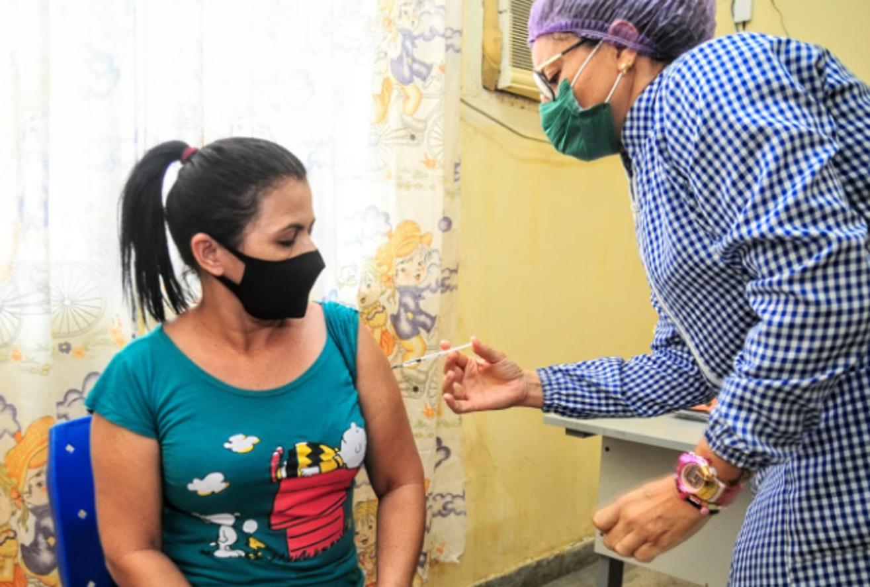 Mossoroenses comemoram receber primeira dose da vacina contra a Covid-19