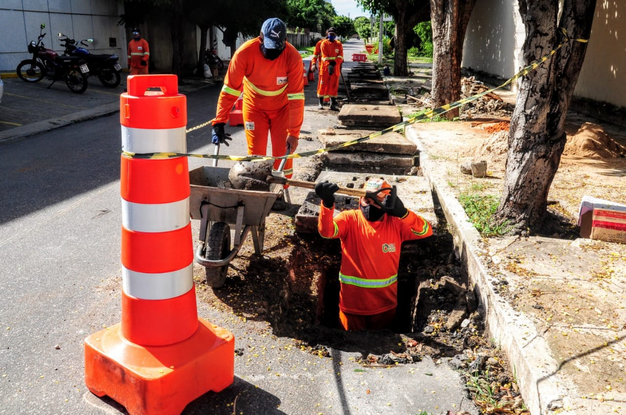 Prefeitura limpa rede de drenagem no Nova Betânia