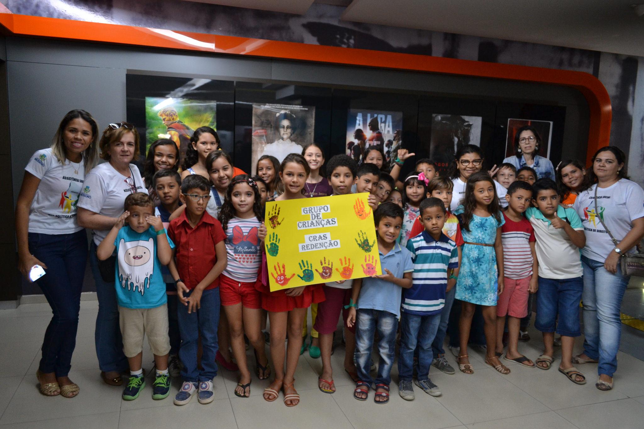 Crianças atendidas pelos equipamentos sociais ganham sessão de cinema