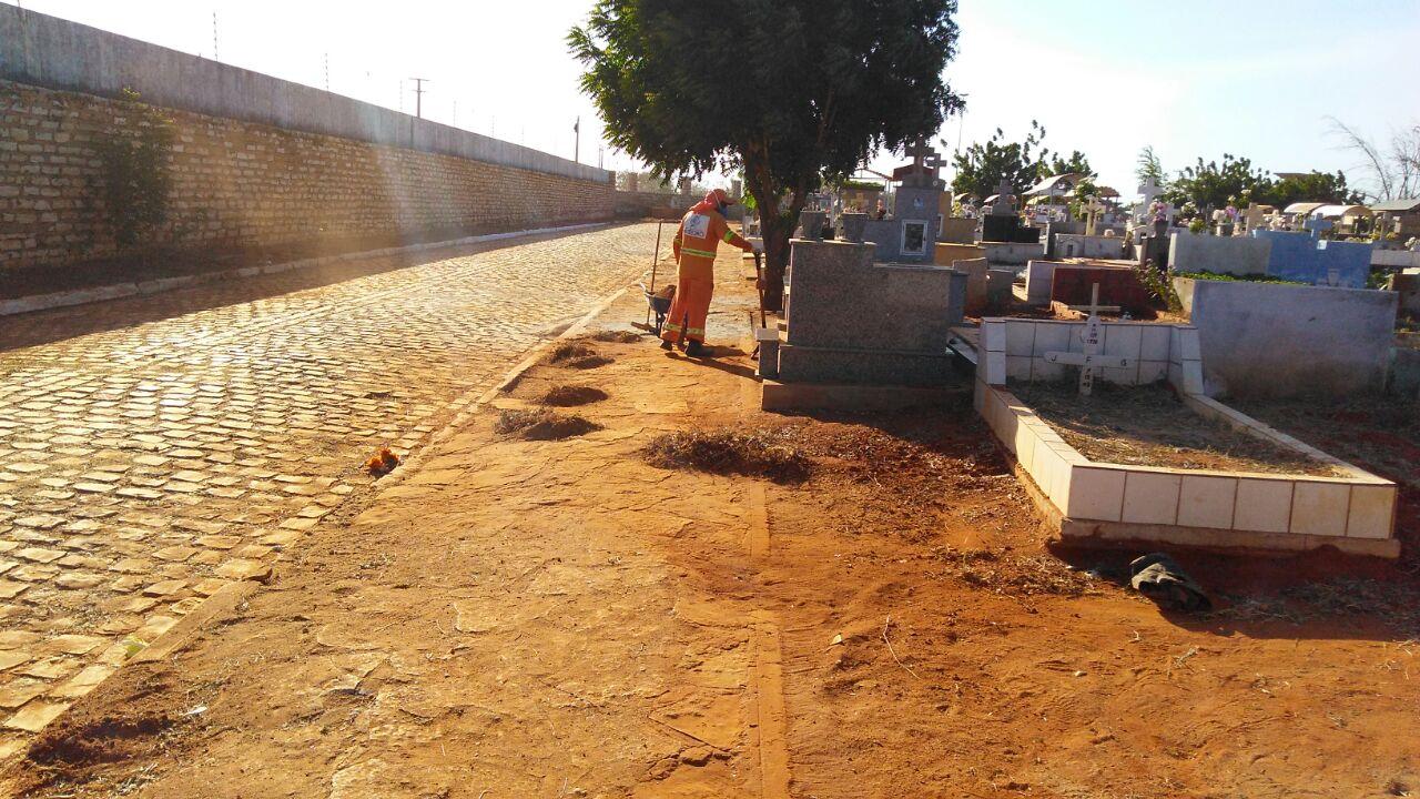 Prefeitura executa serviço de limpeza em cemitérios