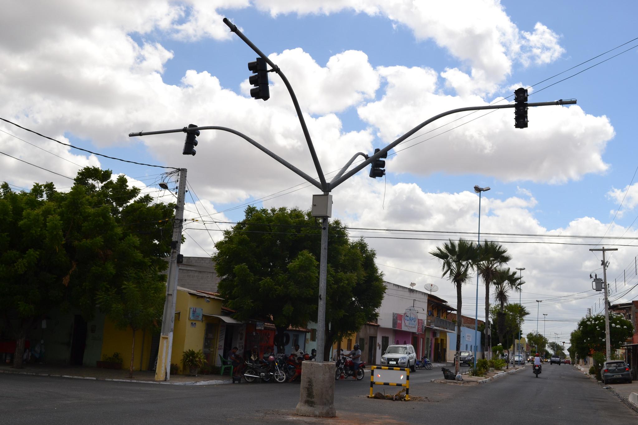 Prefeitura implanta novo semáforo em cruzamento
