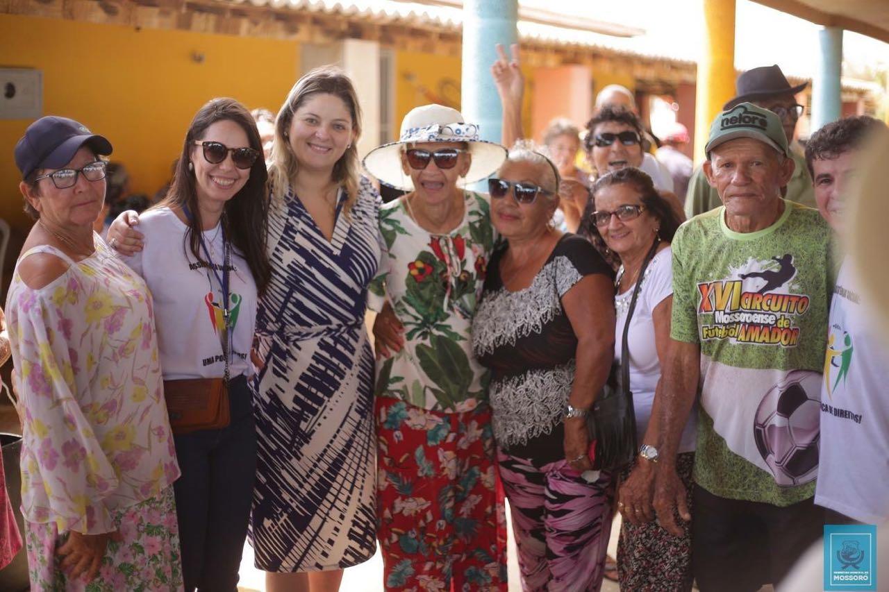 Idosos participam de confraternização na praia de Gado Bravo