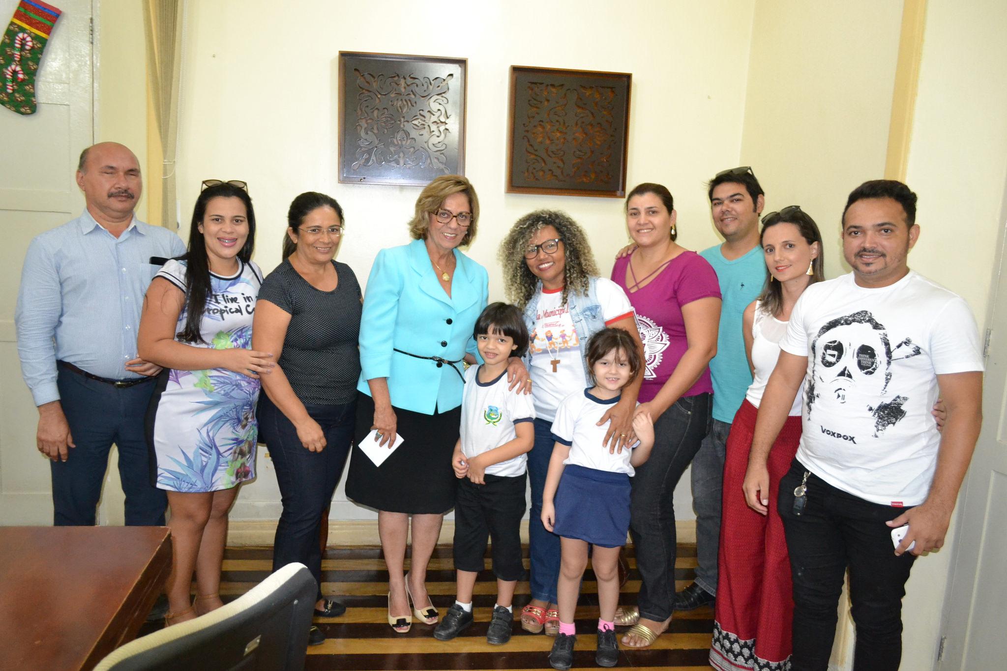 Prefeita Rosalba Ciarlini recebe comissão de alunos da Escola Municipal Rotary