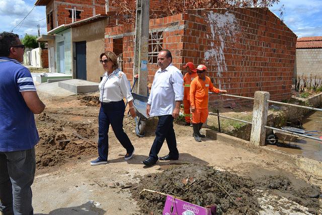 Prefeita Rosalba Ciarlini acompanha limpeza do canal do Thermas