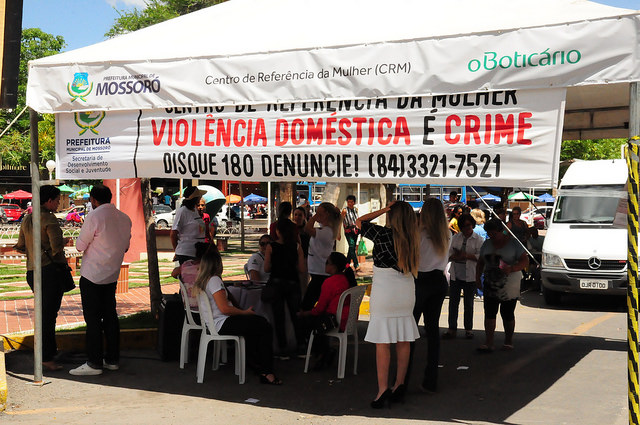 Ação em homenagem ao Dia da Mulher leva serviços à Praça Rodolfo Fernandes