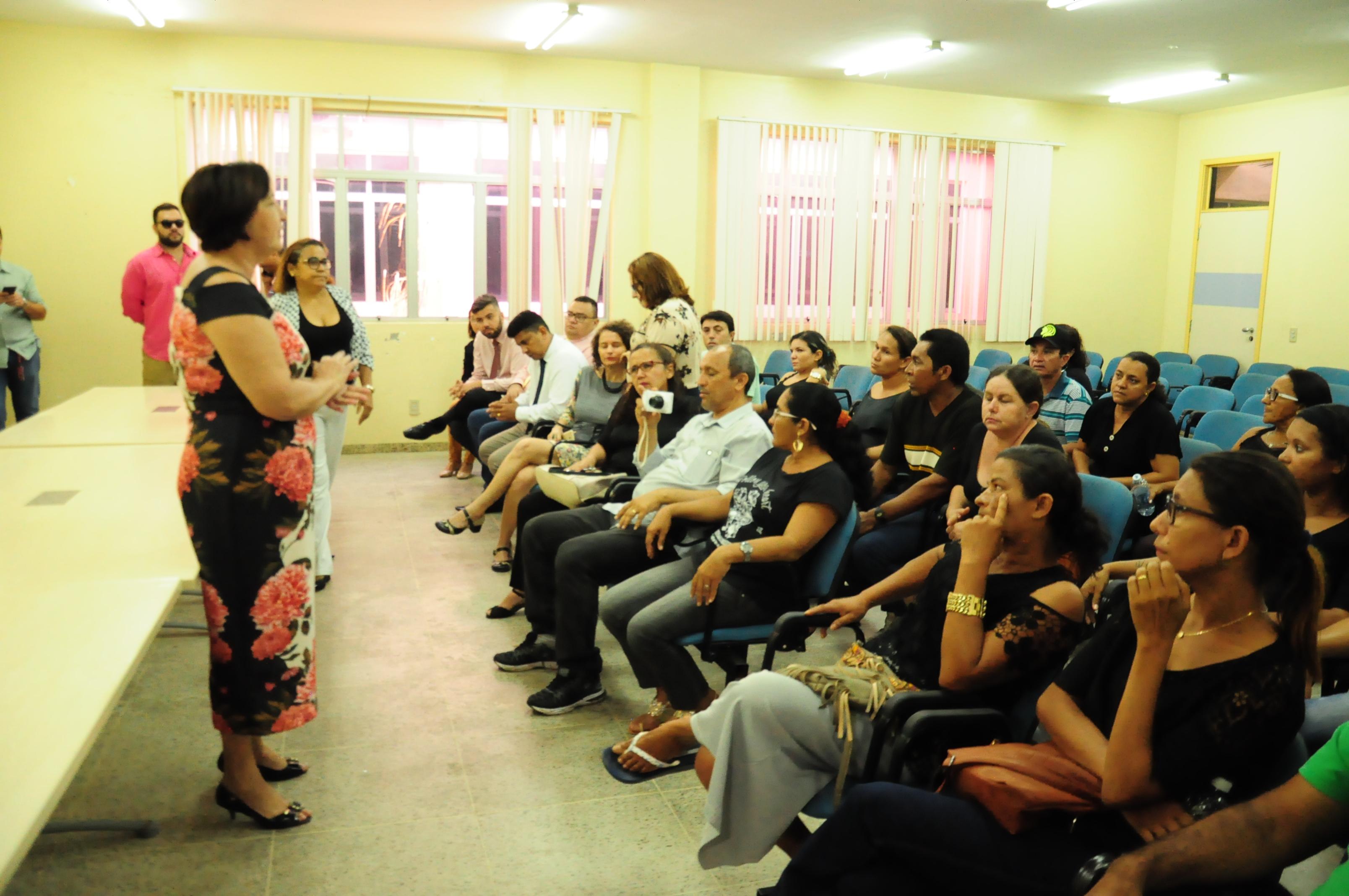 Secretária de Educação recebe comissão de pais da E. M. Genildo Miranda