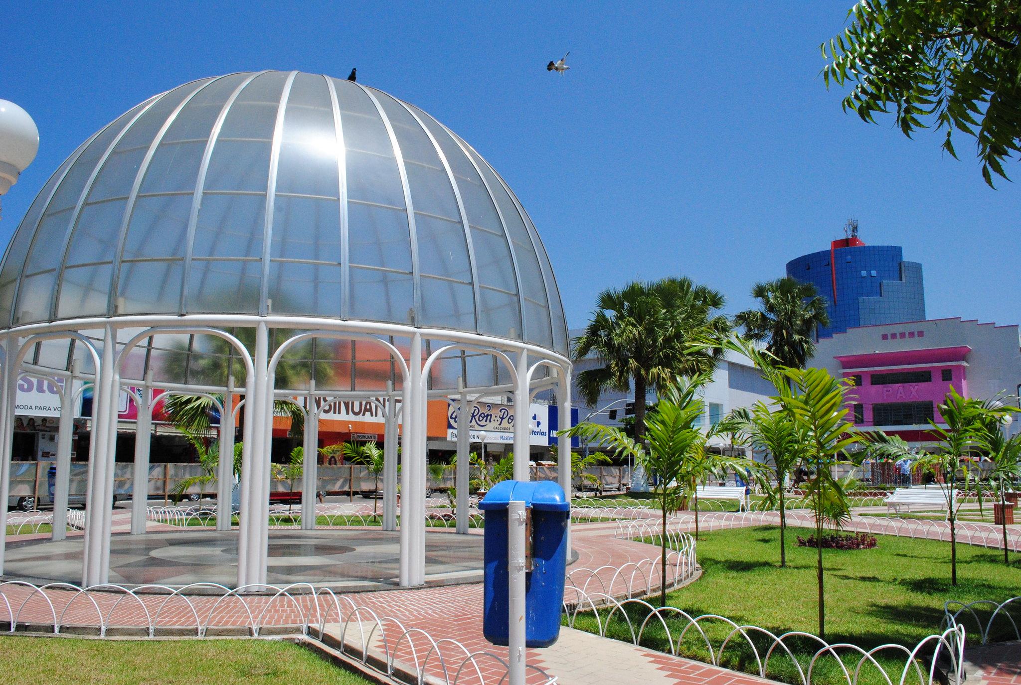 Prefeitura executa serviço de reposição de luminárias em praças do Centro