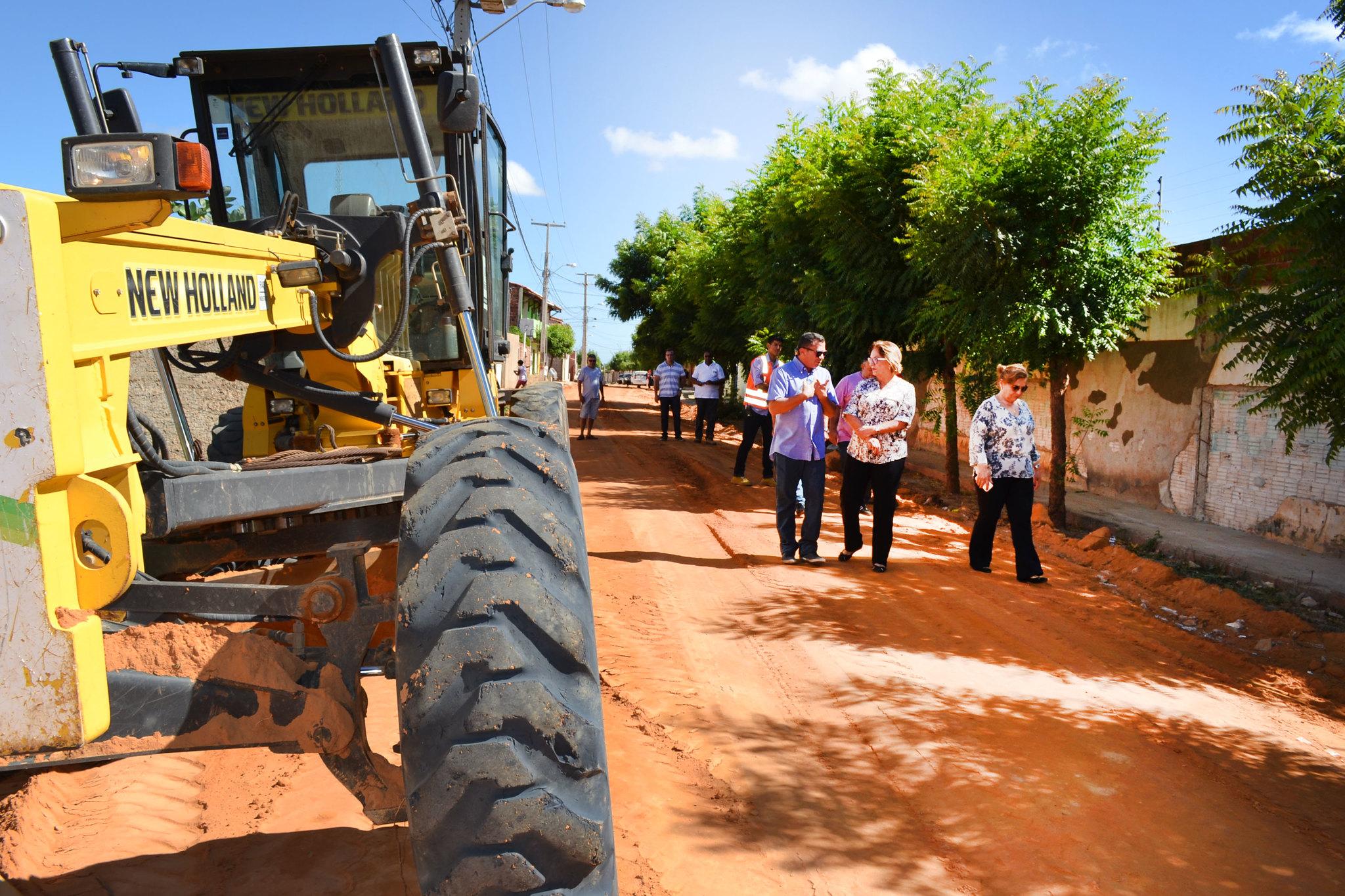 Prefeita acompanha trabalho de terraplanagem no Alto da Pelonha